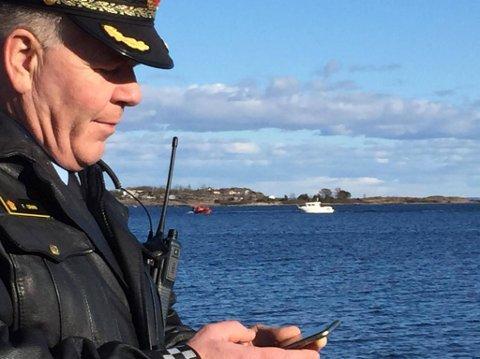 STANSET BÅT: Her blir fritidsbåten i bakgrunnen stanset på vei inn i bombefeltet. Til venstre ses kystvaktskipet Nornens lettbåt, som varsler føreren av fritidsbåten om faren.
