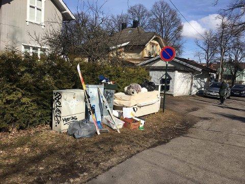 FLERE TING: I denne haugen med grovavfall finnes litt av hvert. Avfallet til grovinnsamling skal ikke pakkes i sorte avfallsekker, minner Vesar om.