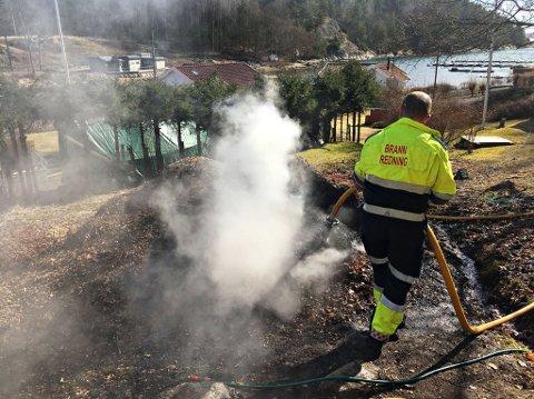 FORLATT BÅL: Brannvesenet måtet rykke ut og slukke dette forlatte bålet.