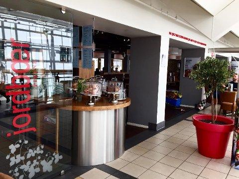 UTBEDRER: Ved kafeen Jordbærpikene i Farmandstredet forteller daglig leder Stefan Hornig at de skal utbedre  avvik som Mattilsynet registrerte etter tilsyn tidligere denne uken.