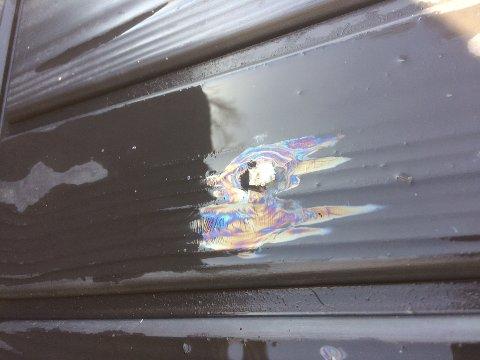 OLJEFLIM: Askeflakene i verandaen til Angel slipper oljefilm når de kommer i kontakt med vann.