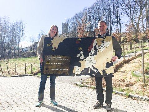 EN GLEDENS DAG: etter å ha forsøkt å få tak i hovedsponsorer i flere år har Lena Fahre og Slottsfjellmuseet endelig Lykkes. Avdelingssjef i Nokas, Morgan Sæbø er fornøyd med å kunne gi tilbake til byen.