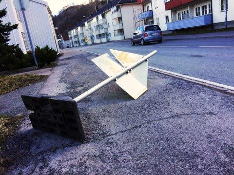 VINDEN TOK TAK: Et skilt hadde, etter all sannsynlighet, blåst over ende i Rådhusgata i Holmestrand.