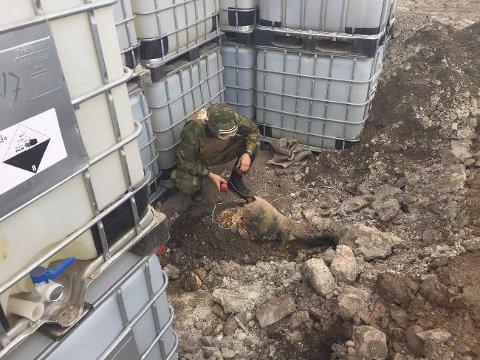 BOMBEFUNN: Slik så det ut da Forsvarets bombeeksperter jobbet med å uskadeliggjøre en av bombene som er funnet på Vallø.