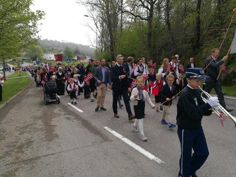LIVLIG GJENG: Barna i 17.mai-toget på Tjøme lagde liv og røre med sine sangstemmer.