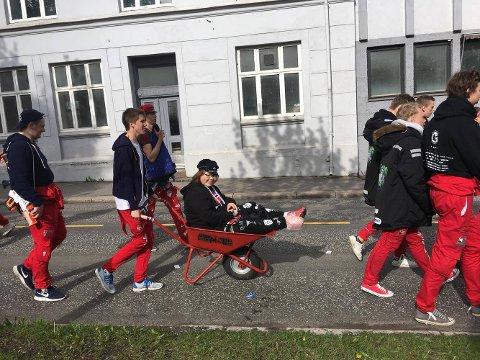 LYKKE: ATH-russ Ellen-Sofie Anthonisens 17. mai-feiring ble reddet av disse gutta.