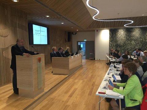 FOR FYLKESMANNEN: Fylkestinget sendte i dag sitt signal til regjeringen om hvor fylkesmannsembetet bør ligge. Arve Høiberg (Ap) på talerstolen.