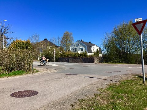 DÅRLIG SIKT: I bakken på Smidsrødveien på Nøtterøy er det god grunn til å være ekstra på vakt som både syklist og bilist. – Der er det veldig skummelt i bunnen av bakken. Syklister kommer fort nedover og der er det flere høye hekker ved utkjørsler og kryss, sier Johnsrud.