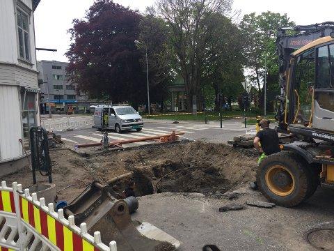 GRAVDE OPP ÅRSAKEN: Stor vannlekkasje i Hvalenkrysset.