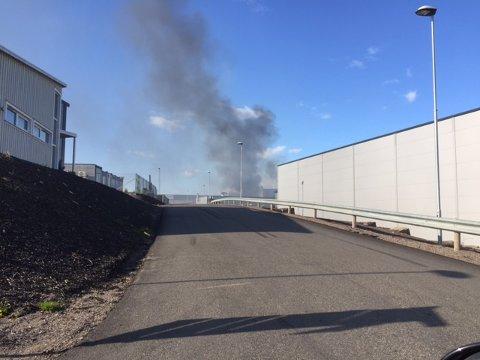 – LUKK VINDUENE: Brannvesenet ber folk i nærheten av brannen lukke vinduene.