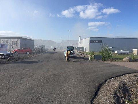 BRANNUTRYKNING: Det begynte å brenne i avfall på gjenvinningsanlegget.