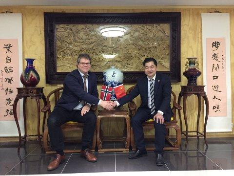 FORNØYDE: Hotelldirektør og forretningsmann Kent Zhao og resepsjonist Dag Danielsen i Maritim Hotell tror på at Tønsberg vil kunne dra nytte av det nye handelssamarbeidet med Kina.