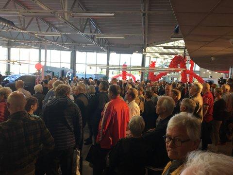FOLKSOMT: Totalt med ansatte og gjester var nærmere 300 mennesker samlet for å få med seg førpremieren av Mazda CX-5.
