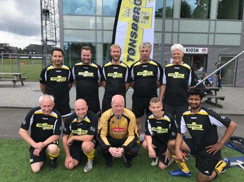 NM-VINNERE: Fotballaget til Tønsberg Taxi som vant NM-gull etter 2-0 mot Oslo i finalen.
