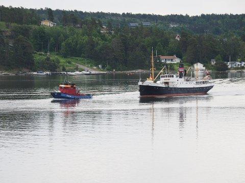 HJEMTUR: Dette bildet ble tatt i Tjøme-kjæla i juni. Da var «Kysten» på vei hjem fra Göteborg,  dessverre såpass forsinket at de dugnadsgjengen ikke rakk å gjøre de resterende arbeidene om bord før sommersesongen var over.