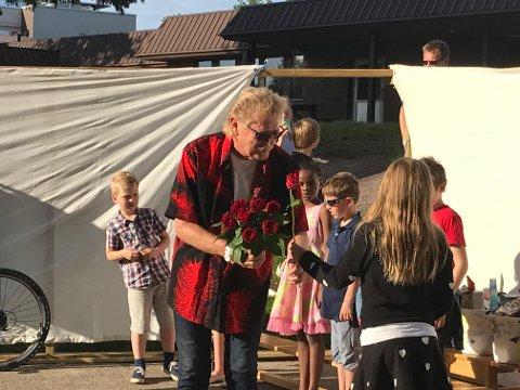 RØRT: Lærer og musikalsk leder ved Nordskogen skole gjennom 27 år fikk roser av mange elever under skoleavslutningen, torsdag.