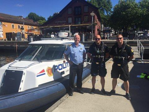 KLARE FOR SOMMEREN: Onsdag startet Vestfold-politiet opp patruljeringen i Vestfold-skjærgården. Fra venstre: Seksjonsleder Tormod Kristiansen og politibetjentene Espen og Erik.