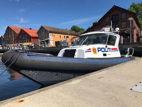 Politbåten er en hurtiggående 28 fots rib.