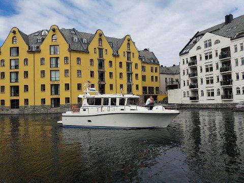PÅ VEI: Denne båten, en Minor 37WRS, er på vei mot Tønsberg. I sommer skal den gå i trafikk mellom Tønsberg og Verdens Ende.