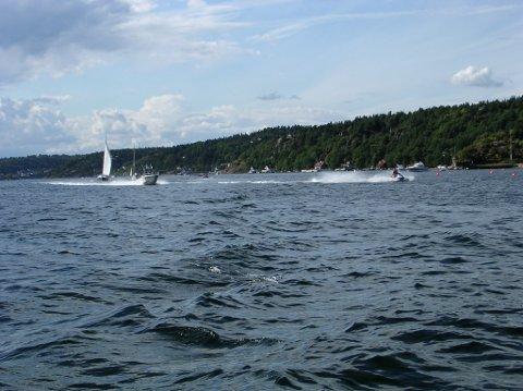 BØTELAGT: En mann ble tirsdag bøtelagt for å ha kjørt vannscooter ulovlig i Færder nasjonalpark. Men politiet gir båtførere flest skryt for mye godt sjømannskap.