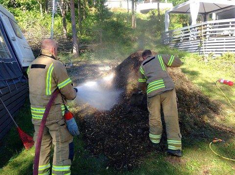 Brannvesenet slukker brannen som trolig var selvantent i en flishaug på Sand camping i Re. I varmt og tørt sommervær er det lurt å gjøre forebyggende tiltak, råder brannvesenet.
