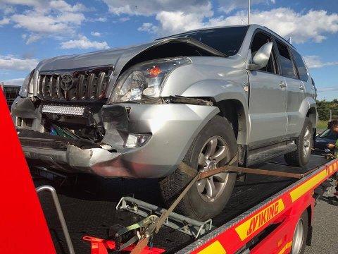 IKKE KJØRBAR: Minst to av de fire involverte bilene ble hentet av bergingsbil.