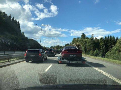 KØ: Her står køen i nordgående felt før Holmestrand klokken 17. Biler kan passere, men det går sakte.