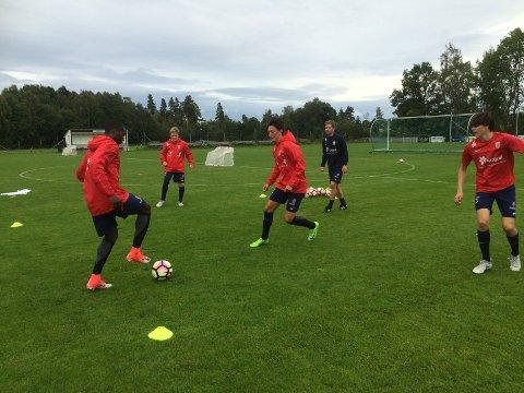 I GODT SELSKAP:George Gibson (venstre), Jacob Dunsby (lengst bak) og Sander Risas (akkurat i dette tilfellet i midten) var blant SF-spillerne som ble invitert på treningen med Norges U18-landslag.