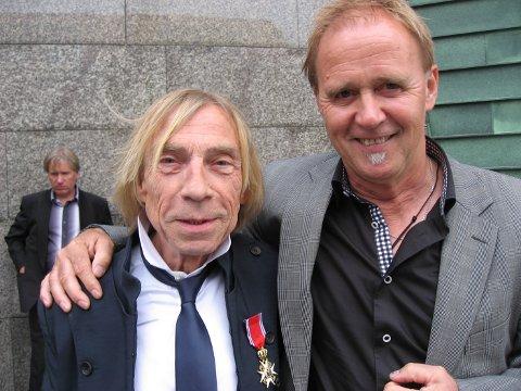 RIDDER: Her er et bilde av Jahn Teigen og Frank Rune Gustavsen etter at Teigen mottok St. Olavs Orden i Tønsberg i 2010.