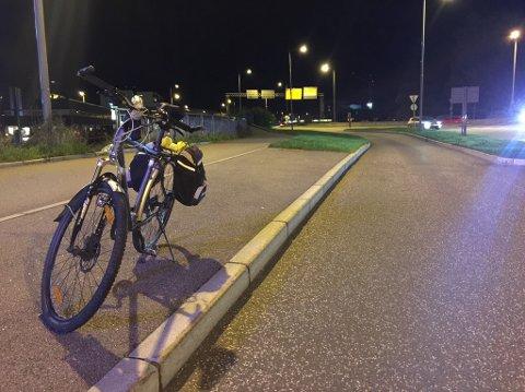 FRAKTET BORT: Politipatruljen fraktet bort kvinnens sykkel etter ulykken.