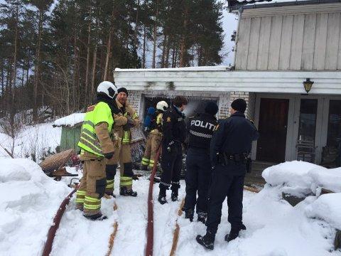 Politi og brannvesen rykket ut til boligen på Re etter melding om garasjebrann.