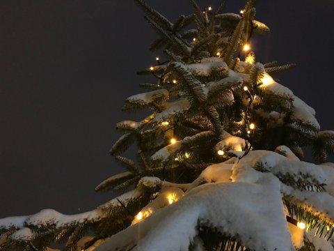 UTELYS: Mange lar lysene henge ute lenger enn julefeiringen.