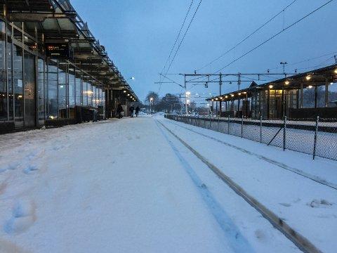 INGEN TOG: Her på Tønsberg jernbanestasjon skulle det vært et tog da bildet ble tatt. Men Bane NOR hadde store problemer etter uværet mandag og tirsdag. Flere avganger ble innstilt, eller var kraftig forsinket. I desember og så langt i januar har tekniske problemer ført til en regularitet på under 70 prosent. Normalen er over 90.