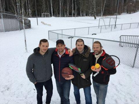 GLEDER SEG: De har tatt initiativ til å forvandle området i bakgrunnen til et aktivt kombianlegg. Fra venstre: Vasileios Tsernisof (TNT Tower basket), Anders Klemmetsby (TNT Tower basket), Svenn Salvesen (FAU ved Sandeåsen skole) og Odd-Erik Helgesen (Gøy med Tennis).