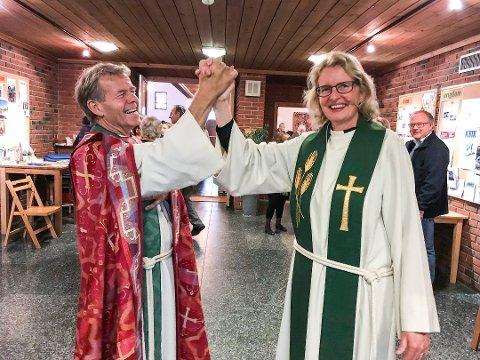 BOR I RE: Biskop Per Arne Dahl var glad for å kunne vigsle Sølvi Lewin til prost i Larvik sist høst. Den tidligere Re-presten bor fortsatt på Revetal.