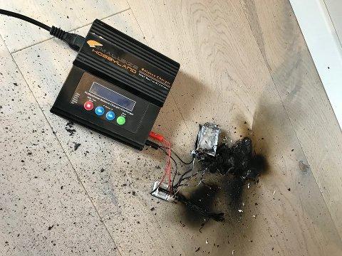 KUNNE GÅTT ILLE: Brannen startet i et batteri som lå til lading på gulvet. – Ganske flaks at det ikke lå nærmere gardina, sier Jan Erik Hansen i brannvesenet