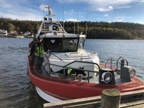 LETTE PÅ HÅØYA: Her setter Røde Kors-båten i land mannskap – og hunder fra Norske Redningshunder – på Håøya i 11-tiden søndag formiddag.