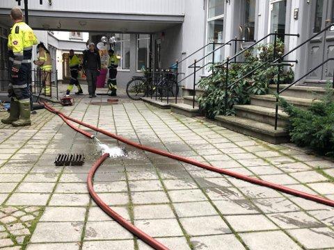 Brannvesenet pumper ut vann.