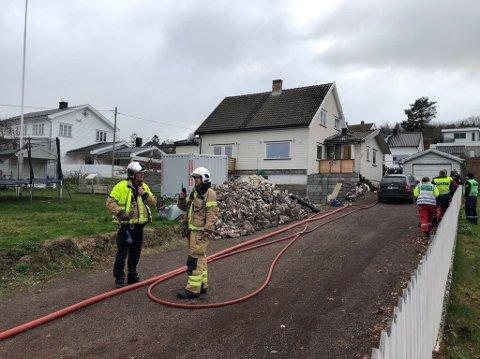 OPPDAGET TIDLIG: Brannvesnet skryter av folk i nabolaget for å ha gjort god innsats på stedet, da aske på trappa tilhørende en bolig i Åsgårdstrand antente.