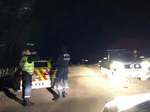 Politiet med hund, helikopter og frivillige deltar i søket. (BLA FOR FLERE BILDER)