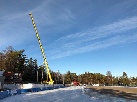 ARBEIDET I GANG: Tønsbergs Turns brakker flyttes til nordenden av Maier Arena for å gjøre plass til ombyggingsarbeidene av ishallen og skøytebanen. Om et års tid skal oppgraderingen av isanleggene være ferdig.