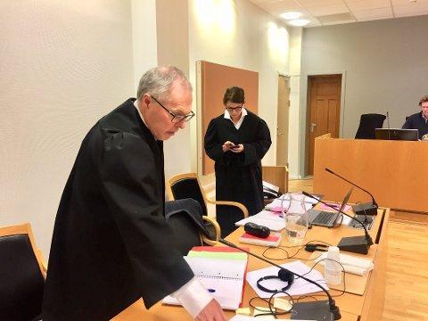 I RETTEN: Konstituert statsadvokat Helene Holtvedt (t.h.) og politiinspektør Magnar Pedersen utgjør aktoratet i smuglersaken.
