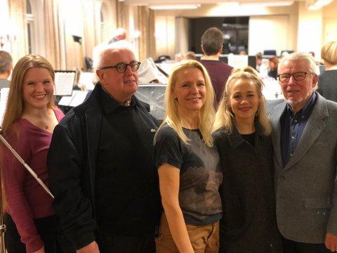 GJENGEN SAMLET: (f.v.) Eva Langeland Gjerde (artist), Rolf Strøm-Solberg (Tønsberg Træplantningsselskap), Monica Husby (leder), Dagrun Anholt (konferansier) og Jan Parnemann (Tønsberg Træplantningsselskap).