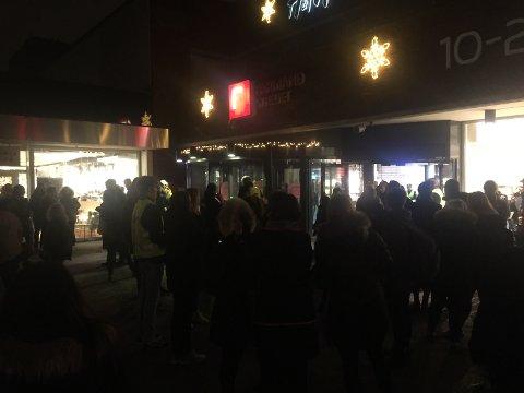 Kunder og ansatte fikk seg en luftetur i julehandelen da brannalarmen gikk på kjøpesenteret.
