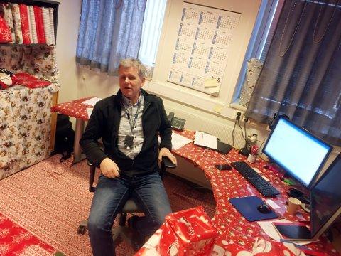 NISSESTREKER: Slik så kontoret til Terje Wegger ut etter at ansatte hadde brukt fritiden på å pakke inn kontoret hans i gavepapir.