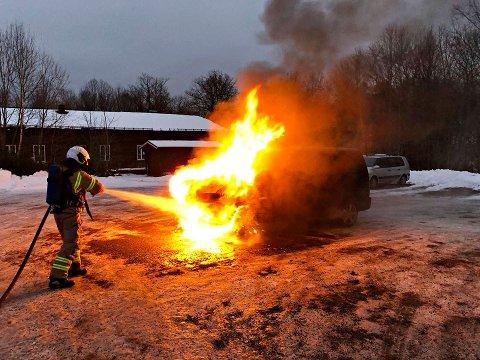 FULL FYR: Det oppsto store flammer da bilen begynte å brenne.