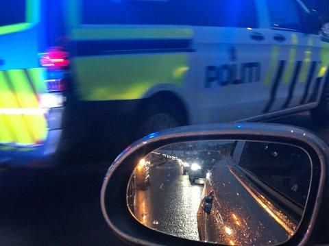 KØ: Det har oppstått kø ved Fokserødkrysset etter ulykken hvor en bil har kjørt i autovernet.