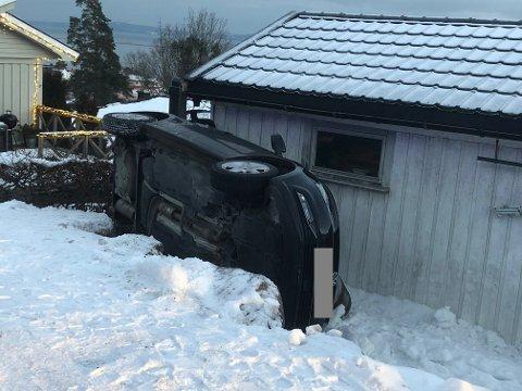 VELTET: Personbilen ligger veltet inntil en vegg.