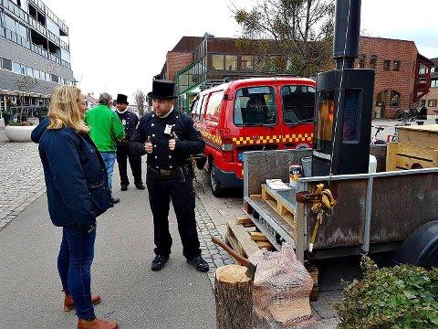 INFORMERER: Feierne har tatt turen rundt til byene i Vestfold for å snakke om brannsikkerhet. Bildet er fra i går da de var i Horten.