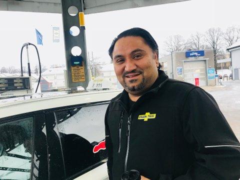 FULL TANK: Drosjeeier Kamal Singh følger med på bensinprisene. I dag er han strålende fornøyd.